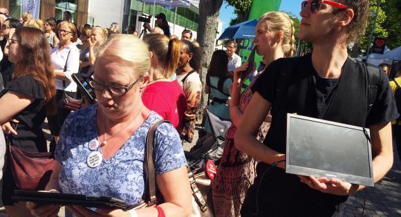 Eva Blomquist använder skrivtolkning vid en utfrågning av Gudrun Schyman på Dagens Samhälles scen i Almedalen.