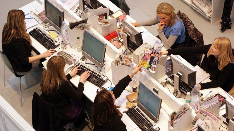 Kontor med många människor och öppen planlösnining.