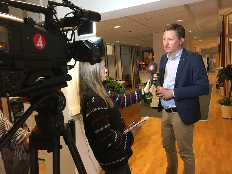 Journalist och HRFs förbundsordförande står framför filmkamera med TV4-märke.