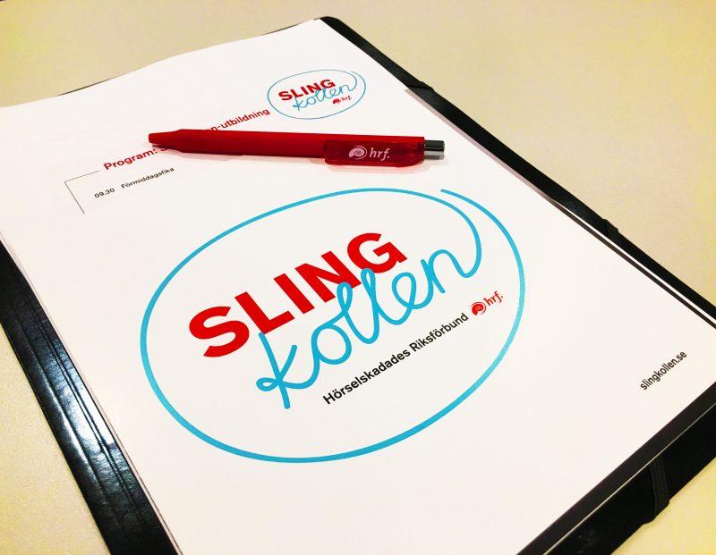 Konferensmapp med logotyp för Slingkollen på framsidan.