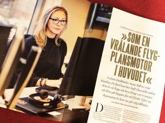 """Uppslag i tidningen Kollega, med bild på kvinna vid dator samt text med rubriken """"som en vrålande flygplansmotor i huvudet""""."""