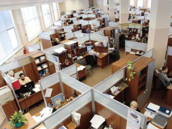 Kontorslandskap med många bås i ett rum