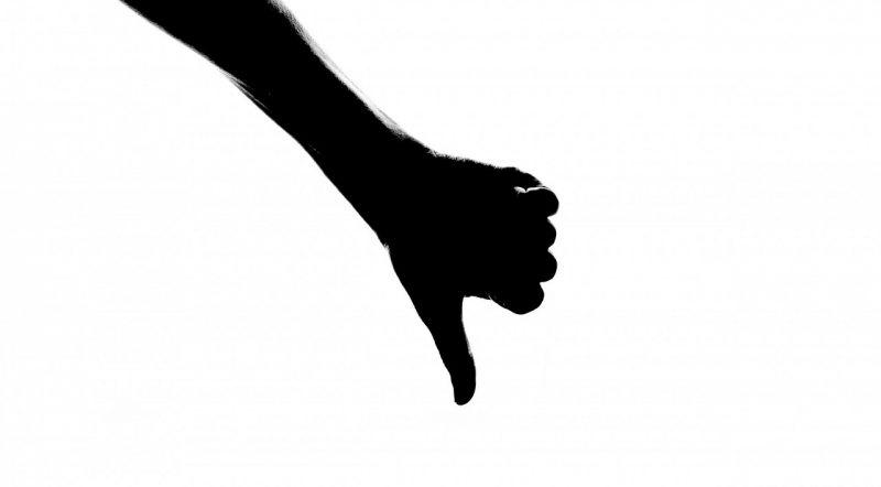 Svart siluett av hand som gör tummen ner.