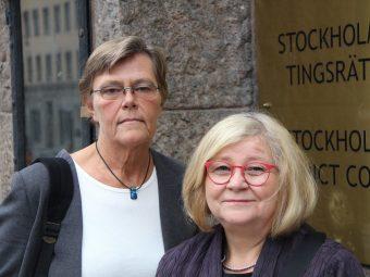 """Två kvinnor framför skylt som säger """"Stockholms tingsrätt""""."""