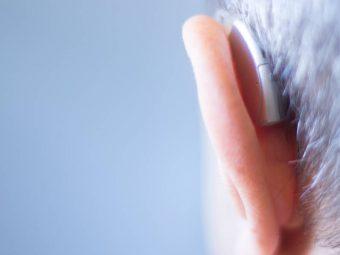 Öra med hörapparat, bakifrån.