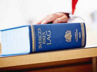 Lagbok på bord.