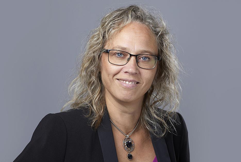 Porträtt på Hanna Sejlitz, HRFs generalsekreterare.