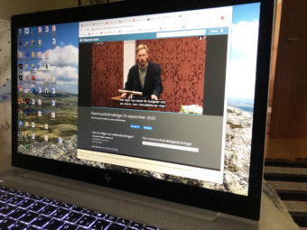Laptop med webbsändning från Malmö stads kommunfullmäktige.