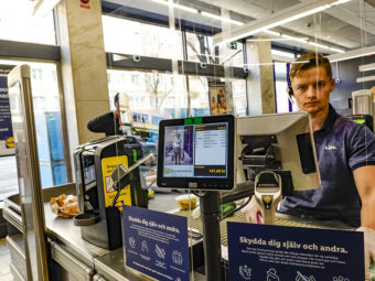 Plexiglas framför butikskassa i Stockholm.