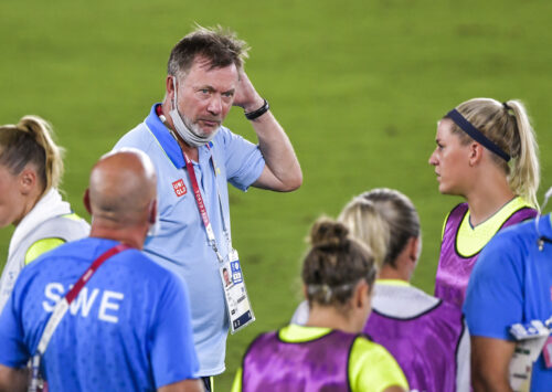 Peter Gerhardsson på fotbollsplan, sätter handen bakom örat.